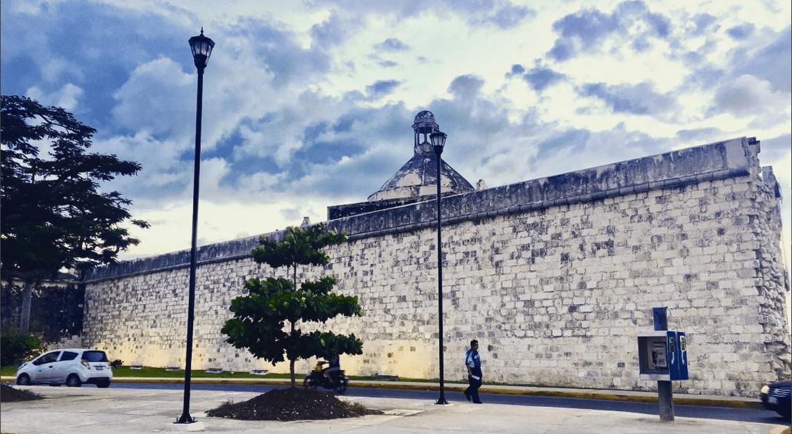 Una iglesia y un baluarte, posible sede de la Santa Inquisición en Campeche